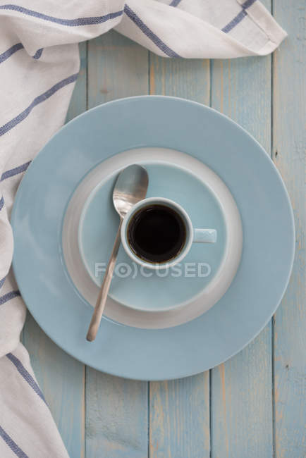 Чорна кава у синій еспресо з футболу — стокове фото