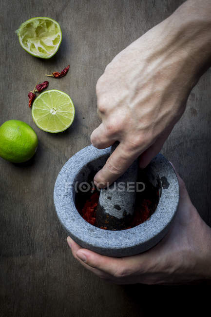 Чоловічої руки приготування пасти Чилі — стокове фото