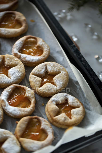Linzer cookies with apricot jam — Stock Photo