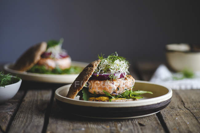 Salmon burgers for lunch - foto de stock