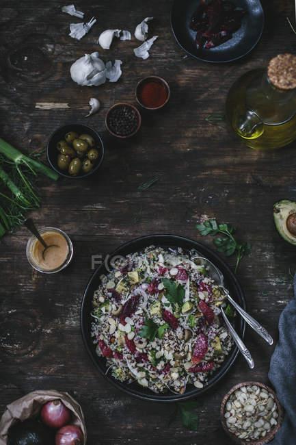 Ensalada de aguacate y quinua - foto de stock