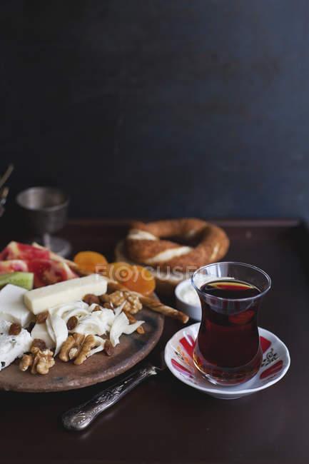 Турецький чай і закуски на сніданок — стокове фото