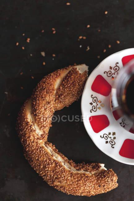 Traditionellen türkischen Tee und Simit Brot — Stockfoto