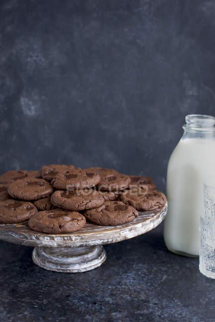 Galletas de chocolate triples - foto de stock
