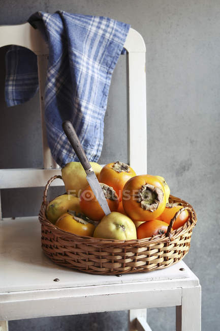 Fresh ripe quinces and persimmons — Stock Photo
