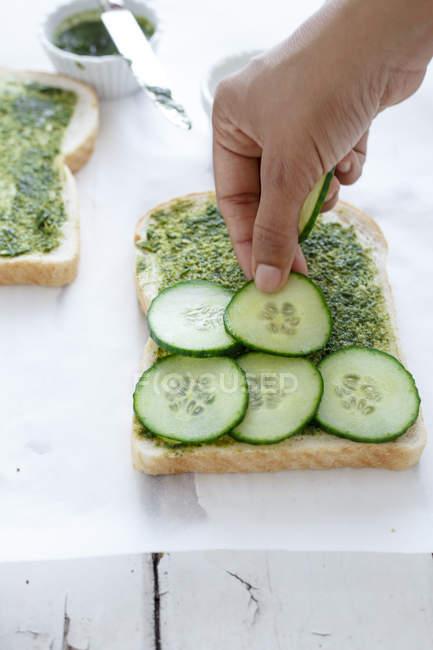 Человек, приготовление овощей бутерброды — стоковое фото