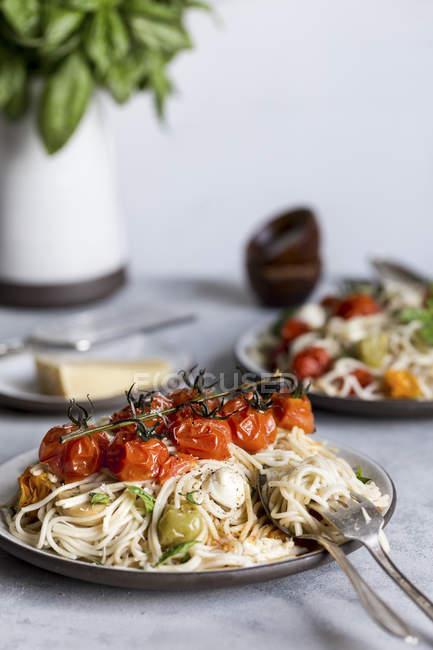 Caprese Spaghetti mit gerösteten Tomaten — Stockfoto
