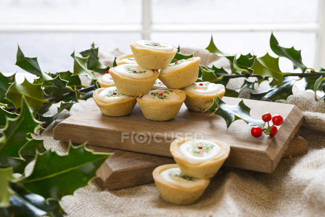 Christmas decorated mince pies — Stock Photo