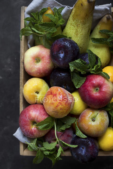 Frutas frescas en cajón de madera - foto de stock