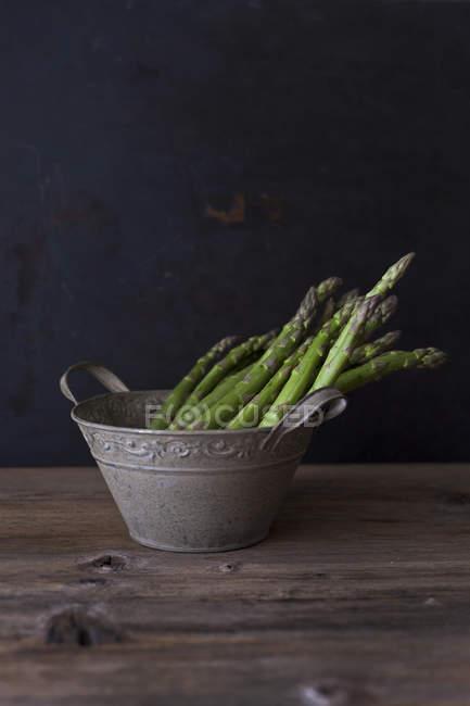 Espárragos verdes frescos - foto de stock