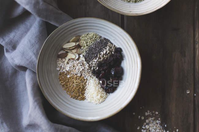 Farina d'avena seminata in ciotole — Foto stock