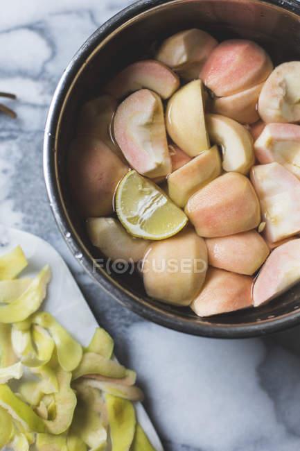 Pommes fraîches pelées et tranchées — Photo de stock