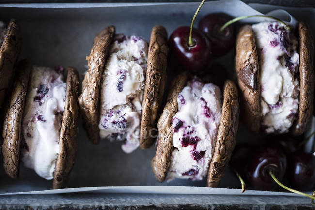 Roasted cherry ice cream sandwiches — Stock Photo