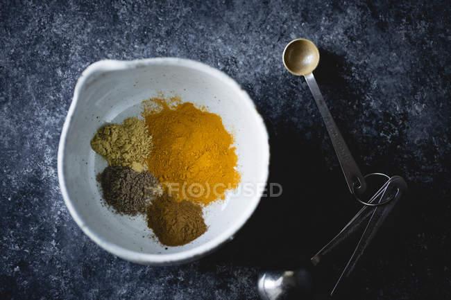 Misto di curcuma, zenzero, cardamomo, cannella — Foto stock