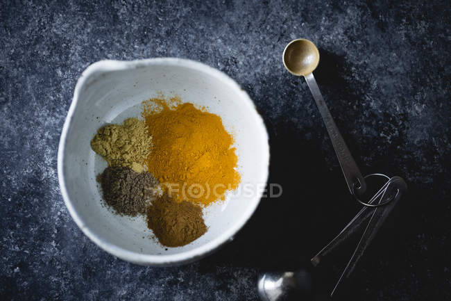 Mezcla de cúrcuma, jengibre, cardamomo, canela - foto de stock