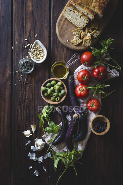 Fresh vegetables, olive oil and homemade bread — Stock Photo