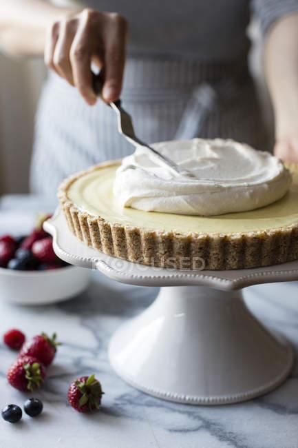 Torta de creme de limão Berry coco — Fotografia de Stock
