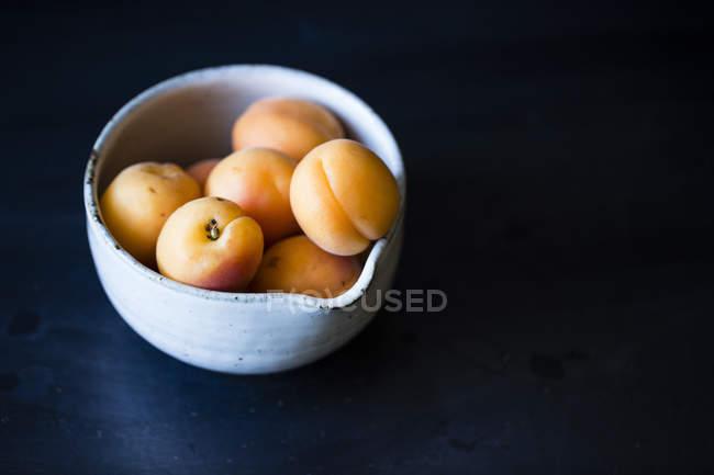 Duraznos frescos en tazón de fuente - foto de stock