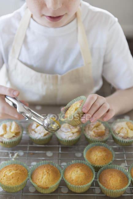 Filho de assar cupcakes — Fotografia de Stock