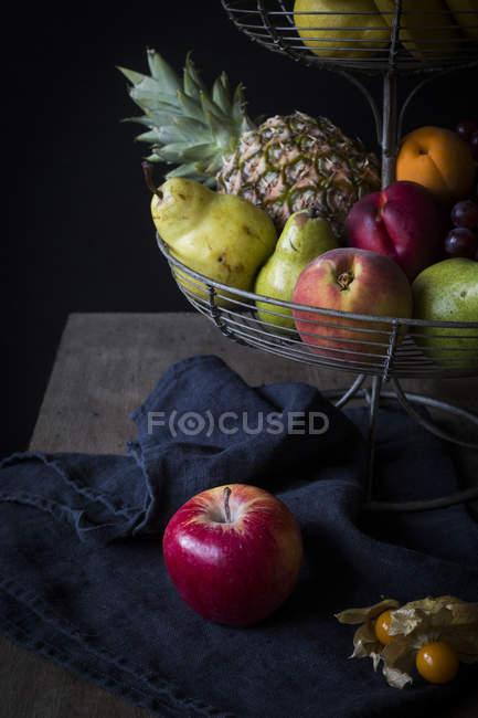 Frutas frescas en el soporte del metal - foto de stock