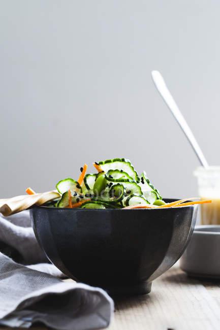Ensalada de pepino de jengibre de sésamo - foto de stock