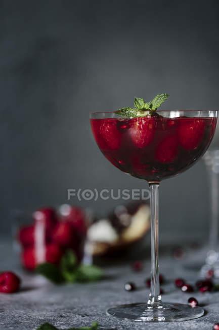 Framboesa e romã coquetel de champanhe — Fotografia de Stock
