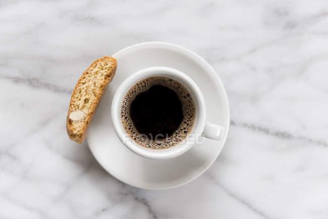Черный кофе на мраморной поверхности — стоковое фото