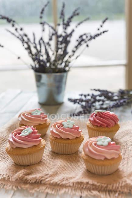 Розовый цветочный кексы — стоковое фото