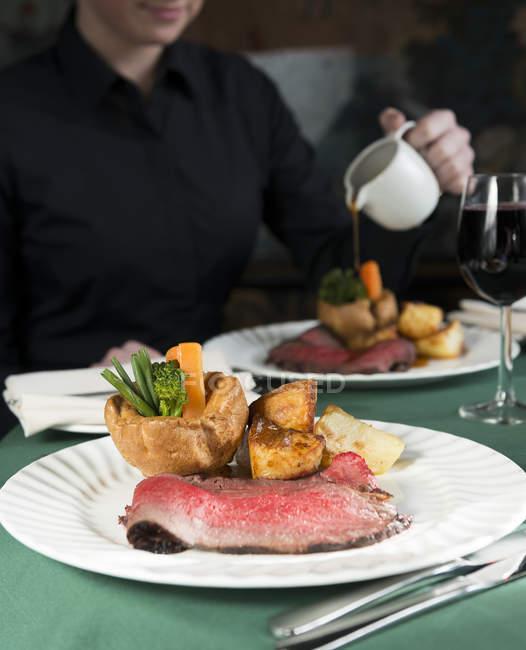 Rindfleisch-Dinner mit Yorkshire Pudding — Stockfoto