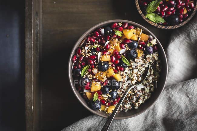 Cocco Quinoa Porridge con frutti di bosco — Foto stock