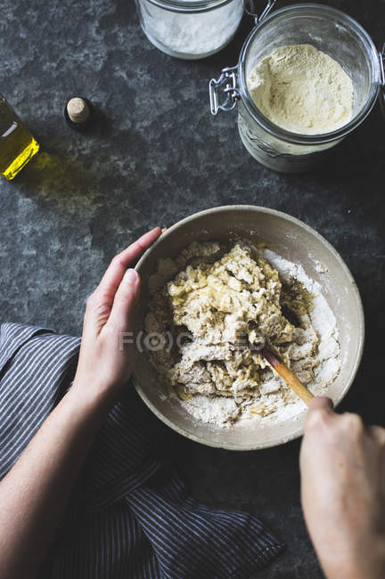 Женщина, в приготовление теста для клейковины свободных пицца — стоковое фото