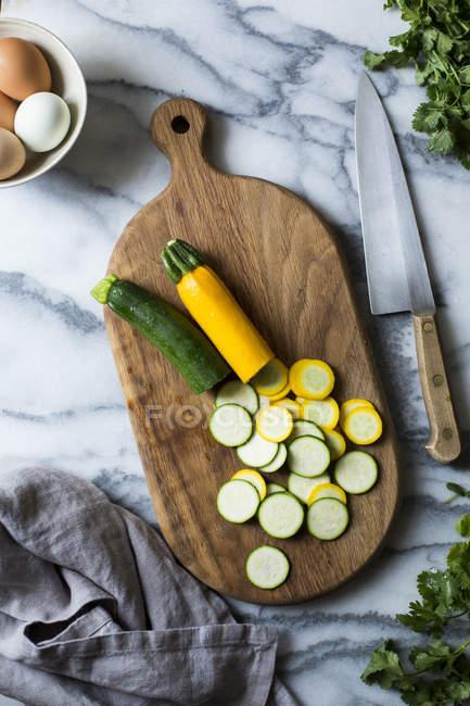 Нарізаних кабачків на обробна дошка — стокове фото