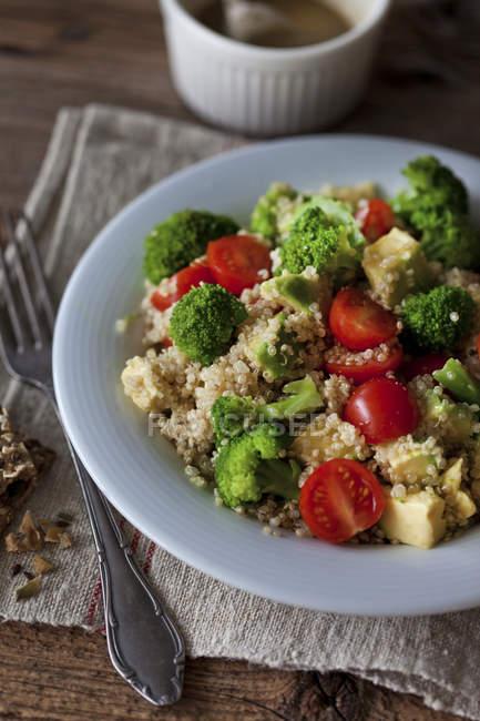 Quinoa con broccoli e pomodorini — Foto stock