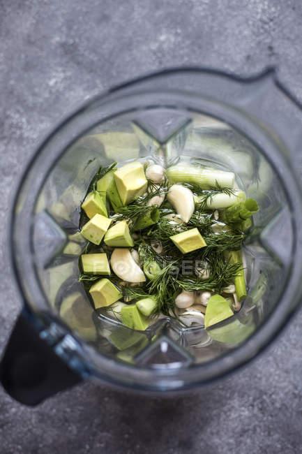 Anacardi e avocado con aneto in frullatore — Foto stock