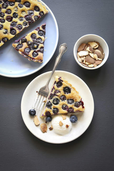 Slice of blueberry tart on plate — Stock Photo