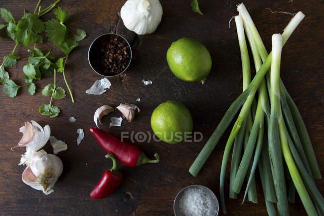 Limão e cebolinha fresca — Fotografia de Stock