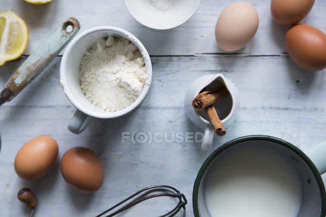 Інгредієнти для виготовлення млинців — стокове фото