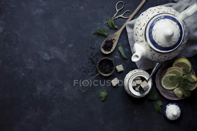 Thé et théière avec des feuilles de thé — Photo de stock