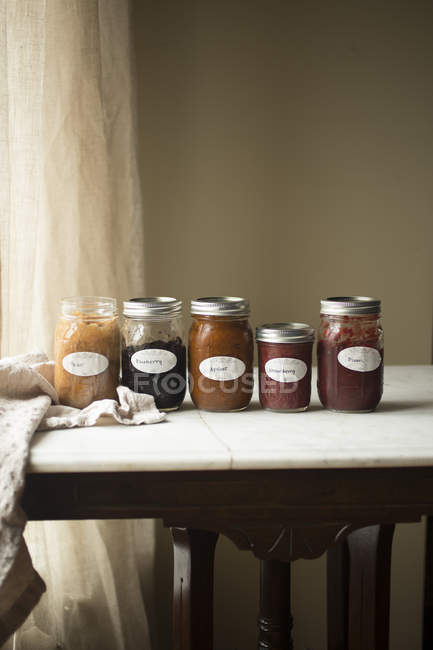 Fruta casera conserva en frascos de - foto de stock