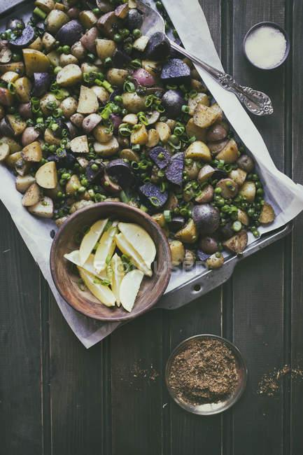 Assado de batata e ervas — Fotografia de Stock
