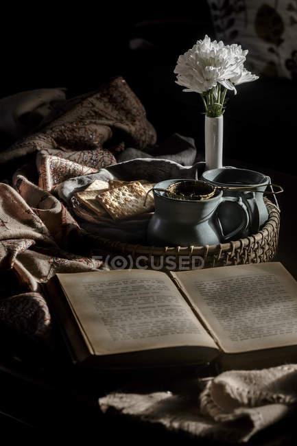Thé dans des tasses avec livre — Photo de stock