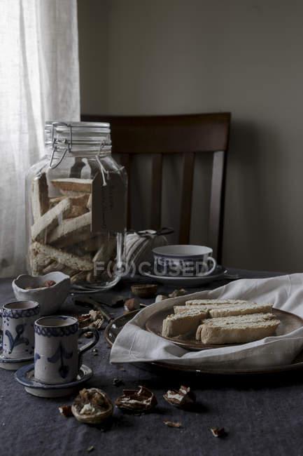 Biscotti Kekse im Glas mit Tee — Stockfoto