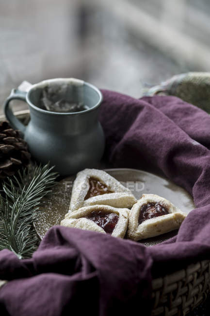 Fresh baked cakes and tea - foto de stock