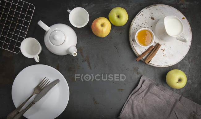 Breakfast with tea and apples — Stock Photo