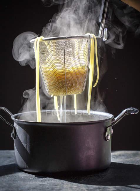 Приготовление лапши макаронных изделий — стоковое фото
