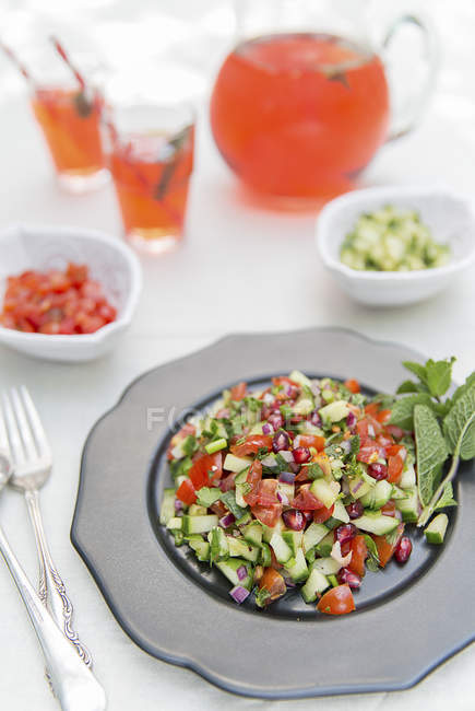 Salade de concombre et tomate — Photo de stock
