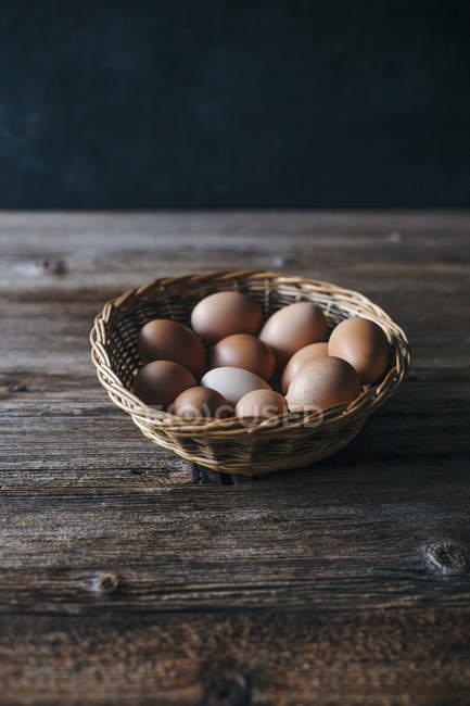 Органічні яйця в кошик — стокове фото