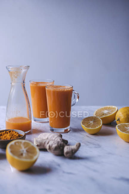 Glasses of orange and carrot juice — Stock Photo