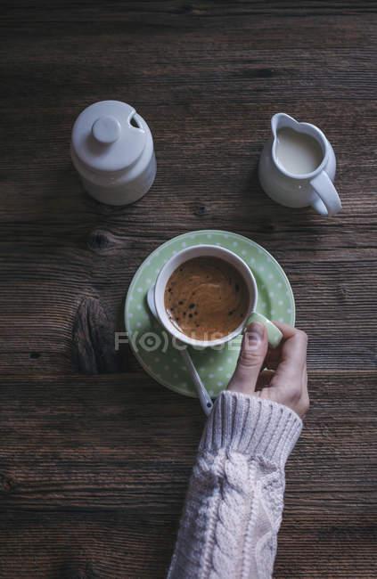 Taza de café negro fuerte - foto de stock