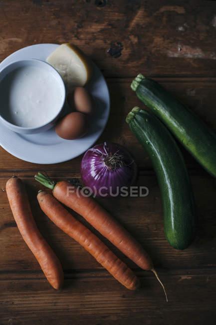 Hortalizas con huevos y queso - foto de stock